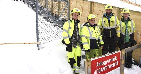 GIR EFFEKT: Tom Finsrud (fra v.) Sindre Bråten, lærer Jon Andre Thomsen og Martin Ellingsen fra skoleprosjektet i Vikersund Hoppsenter. FOTO: Tore Shetelig