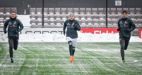 PÅ JAKT.  Mjøndalen jakter en rutinert høyreback, og Hans Norbye, her mellom William Sell og Vetle Dragsnes på årets første Mjøndalen-trening, har elleve sesonger bak seg på den plassen i Tromsø. Nå har de denne uken på se til å finne ut om det blir match.