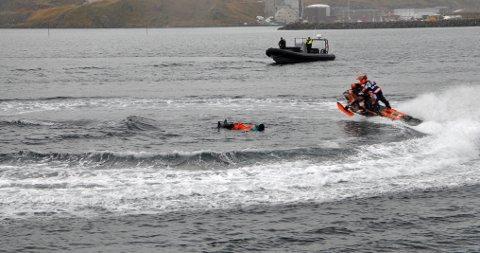 SJØSCOOTER: Joachim Olsen viser hva han kan på vannet i forbindelse med åpningen av nye lokaler til Destinasjon 71* Nord.