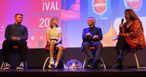 FILMPRAT: Kristian Johansen, Ellinor Haug Jensen, Knut Erik Jensen og Ingrid Dokka snakket om filmene etter visningen.