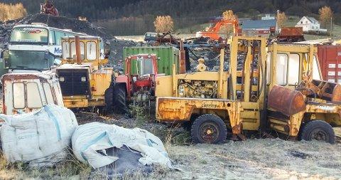 Høyanger kommune er nøgde med at Bjørkhaug Maskin på Lavikdalen har følgt opp pålegget verksemda fekk med å fjerne store mengder metallavfall og anna avfall, bilvrak og anna «skrot», men meiner det likevel framleis ligg ein del utstyr ute, noko som kommunen meiner kan virke skjemmande. Dette biletet er teke før ryddinga starta. (Arkivbilete)