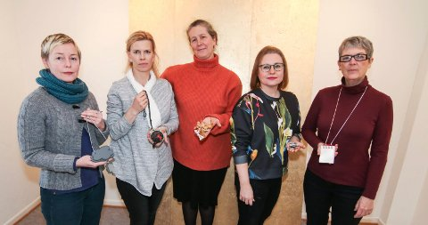 Smykkende utfordringer: Disse fem kvinnene i Arkivet vil utfordre deg med smykkene sine. Fra venstre: Putte H. Dal, Hilde Dramstad, Elsie-Ann Hochlin, Camilla Luihn og Heidi Sand