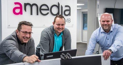 Daglig leder Knut Hoff Johannessen, salgssjef Kenneth Angell-Jacobsen og salgssjef Thomas Beiermann i Amedia SMB på Lisleby. Etter et koronaår som ble langt bedre enn fryktet, trenger de flere ansatte.
