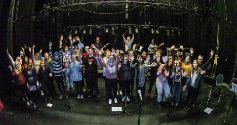 Lørdag markerer Narvik Røde Kors sitt 100-årsjubileum. Elever fra Musikklinja på Solhaugen hyller organisasjonen med å  gi dem en konsert.