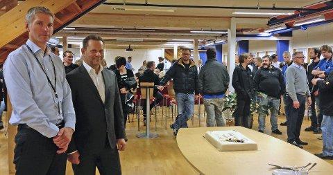 FEST: Som seg hør og bør når det er glede å fortelle, stilte sjefene Trond K. Johannessen (t.v.) og Rolf Leistad med kake til alle ansatte på Vats i går.