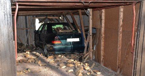UHELDIG: I tillegg til å rygge gjennom naborekkas garasjer, feide hortensmannen ned deler av veggskillet samt en mindre vedstabel.