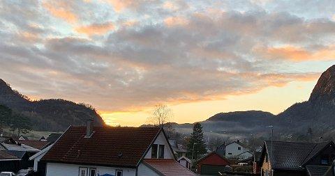 Bildet er tatt en lørdag ettermiddag i Oltedal, én av Gjesdals tettbygder som bidrar til at kommunen har hele 89,5 prosent innbyggere innenfor definisjonen tettbebyggelse.