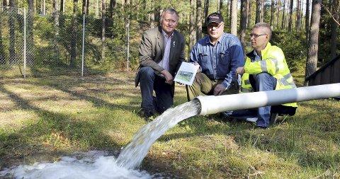 Mye vann: Knut Gustav Woie (til venstre) styreleder Tor Nilsson og daglig leder Trygg Morten Solli på drikkevannkilden som kan levere fem millioner kubikkmeter i døgnet.