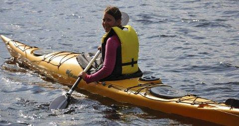 FERSK: Trine Skjøtskift fra Brandbu er en av mange som har deltatt på kajakk-kurs i regi av Brandbu IF denne sommeren. Hun var helt fersk, men kursene har gjort henne tryggere med kajakken i vannet.