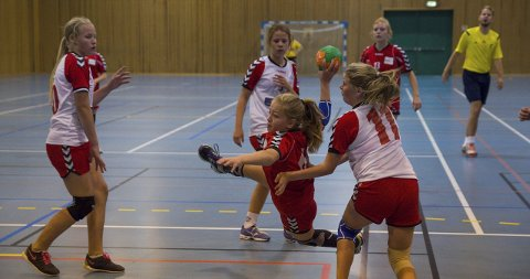 MÅL: Her scorer Christina Hagen for Lunner. Gran-spillerne Jenny Haga Kåsin (til venstre) og Natasja Kulbråten kunne ikke hindre baklengsmålet. Alle foto: Arvid Holmlund