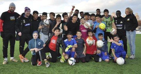 SAMLES: Hver torsdag samles enslige asylsøkere og andre som vil spille fotball til lavterskeltilbud i Gran Idrettspark.