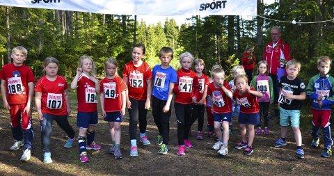 VENTER PÅ STARTEN: Det er like før start i det første heatet for dem som ville løpe 450 meter. Utøverne er både spente og forventningsfulle, og kanskje smått nervøse før de kommer i gang.