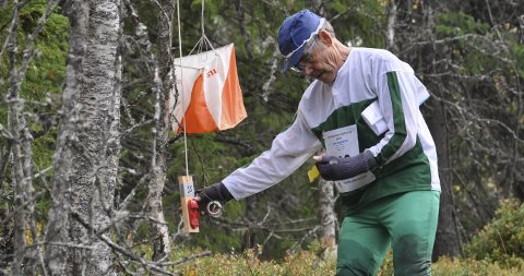 KONTROLL: Iver Rognstad stempler inn på siste post. Nå er det strake veien til mål i nok en utgave av Finn Skedsmos Minneløp.