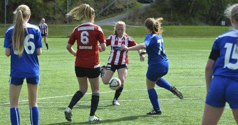 MÅL: Mari Margrethe Melbostad setter her inn det første målet mot Øyer-Tretten, mens Marthe Aaserud prøver å komme unne ballbanen.