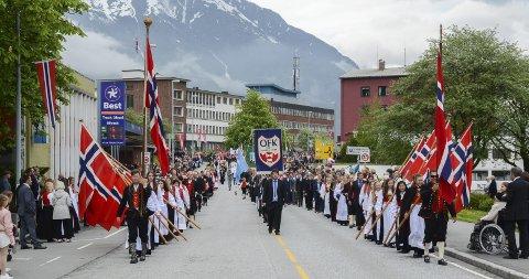 """Slik ser det vanligvis ut når folketoget eller """"tretoget"""" som det også har blitt kalt, marsjerer opp Nylandsflaten på 17. mai. Slik blir det ikke i år."""