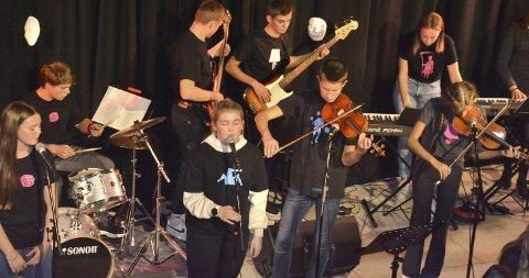 Skapte god stemning: Gjennom ei blanding av tekstopplesing og musikk skapte elevane ved Odda ungdomsskole ei kjempefin stemning i skulen sin aula. I alt 60 elevar var med på konserten. Foto: Privat