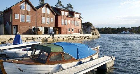 Grønavikjo på Fitjar - Alf Helge og Kristin har rorbu nummer to fra venstre.