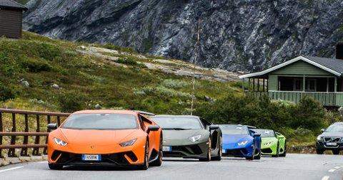 Fire av superbilene på vei inn til rasteplassen på toppen av Trollstigen.