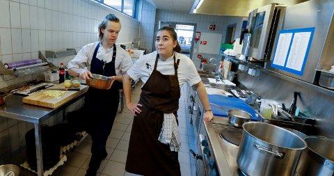 SJEFEN OG KJØKKENHJELPEN: Liliana Haaland (22) har med seg Emil Drange Markus (18) som sin commis under NM.
