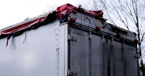 STOPPET: Vogntoget ble stoppet av politiet i Sveio etter dødsulykken på Stordbrua torsdag morgen. En person omkom etter at deler av kapellet på vogntoget traff varebilen. Det var to personer i varebilen.