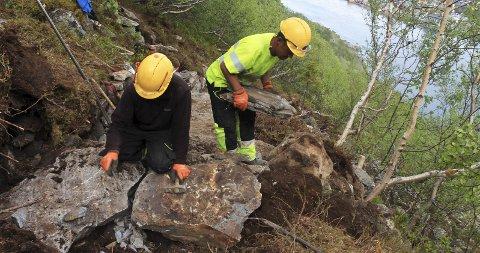 Steintøff jobb: Ang Tshering Sherpa og Aka Magar bruker naturstein for å anlegge trapp opp Trongskaret i Mosjøen. Av hensyn til sikkerheten er Trongskaret stengt mandag til lørdag i arbeidsperioden, det vil si til oktober. Skaret er åpnet for ferdsel på kveldstid og søndag, men det skjer på eget ansvar. Foto: Stine Skipnes