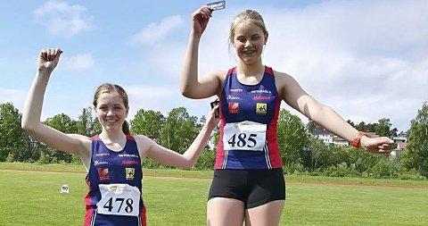 GOD ÅRGANG: Hattfjelldal friidrett har en god årgang i klasse J13. Åse Vik Larsen (t.h.) og Maren Sjåvik på pallen i Steinkjerlekene sist helg. Foto: Privat