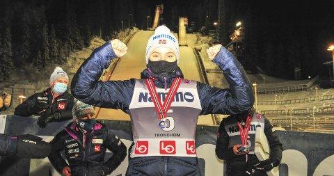 NM-GULL: Eirin Maria Kvandal fra Mosjøen IL Ski med klubbens aller første NM-gull i senioridrett. Bak står Thea Minyan Bjørseth og Silje Opseth.  Foto: Arne Brunes
