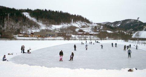 SKØYTEIS: På Kippermoen har det vært skøyteis i 50-60 år. Varierende kvalitet og størrelse opp gjennom årene, men hver vinter sprøyter kommunen is på et område.