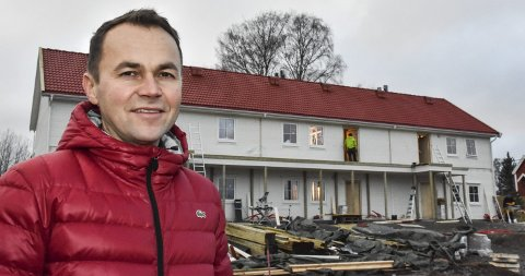 LETTSOLGTE: Megler Kenneth Sverre er svært fornøyd med salget av leilighetene i Løken sentrum. Dette er det første av totalt tre leilighetsbygg.Foto: Øyvind Henningsen