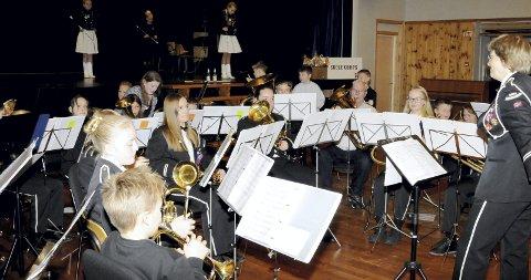 Sammen: Kristin Herland (til h.) dirigerte hovedkorpset sammen med juniorene. På scenen bak er det drilljentene som opptrer.  foto: lars ivar hordnes