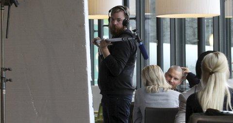 Innspilling på Grelland: TV3 og Viaplay sin 110 millioners krimsatsing basert på bøkene til Jørn Lier Horst, spilte inn scener på Marché veikro ved Grelland torsdag. På bildet ser vi Lars Berge i rollen som den ferske etterforskeren Benjamin Fjeld. Foto: Jarl Rehn-Erichsen