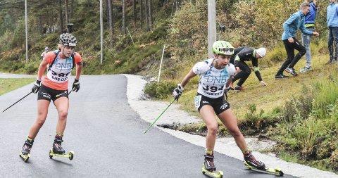 Venninner: Guro Seline Herfoss og Kristina Bergmann på fellesstarten under NM i rulleskiskyting i Sirdal lørdag. Begge foto: Terje Bergmann