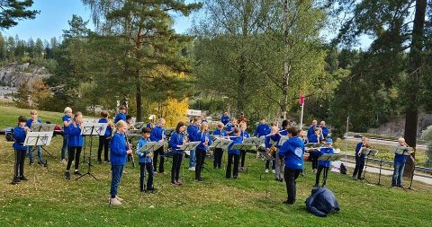 KORPSMUSIKK: Juniorkorpset spilte ved inngangen, mens publikum stod i kø.