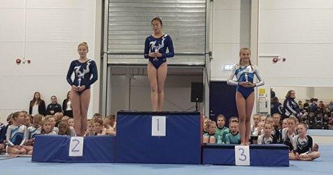 Pallplassering: Line-Sofie Westgaard på førsteplass og Vilja Berg på andreplass i klassen 13-14 år.