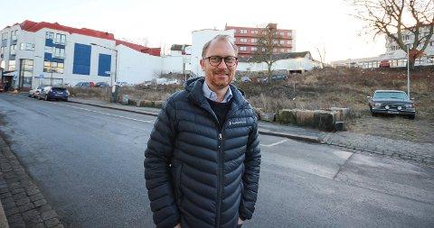 Skal bygge her: Jan Erik Kristiansen er klar for å komme i gang med boligbygging i Skoggata. Prosjektet får full støtte fra kommunen.