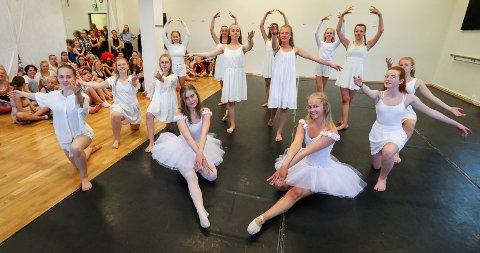 INNSPURTEN: Rhythm Danseklubb øver til årets sommershow på Verket Scene. Foran i midten sitter Sunniva Ruud (til venstre) og Kaja Rise Horntvedt.