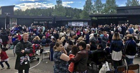 JUBILEUMSFEST: Klemetsrud skole markerte nylig 150-årsjubileet med stor fest på skolen. Oppmøtet var det ingenting å si på. Foto: Inge Pedersen