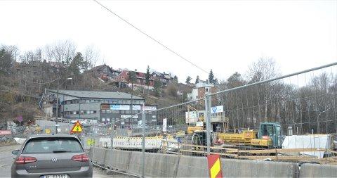 RYEN: Det graves i krysset Vårveien-Oluf Onsumsvei bak bensinstasjonen og ved det nye gjenbruksanlegget på Ryen.