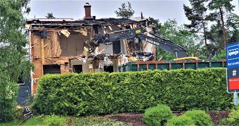 Særlig to av enhetene i rekkehuset ble totalskadd under brannen. Men hele rekka ble likevel revet og snart starter arbeidet med oppbyggingen. Trykk på pilen for å se flere bilder.