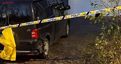 UNDERSØKELSER: Flere politipatruljer jobbet ved Raufoss-eiendommen søndag ettermiddag og kveld.