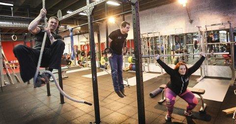 Få sving på treningen: – Liker du funksjonell trening, er det bare å stikke innom, oppfordrer Roddy MacLeod (i tauet), Marius A. Hanssen og Kine Kallhovde. Alle foto: Bjørn V. Sandness