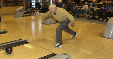 ELDST: Knut Nygaard (87) har en elegant spillestil og stortrives på bowlingdagene.foto: sverre viggen