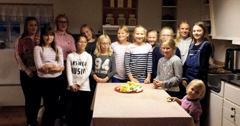 FORNØYDE: En gruppe fornøyde deltakere sammen med sin leder Anne Kynneggen.