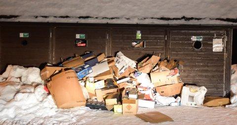 FULLT: Søpla hoper seg opp ved overfylte containere på Budor. Slik så det ut fredag morgen.