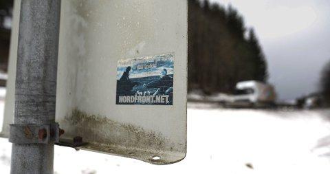 Henger flere steder: I og rundt pumpehuset ved Dørjebrua henger det flere klistremerker og plakater fra Nordfront. foto Lars Brock Nilsen