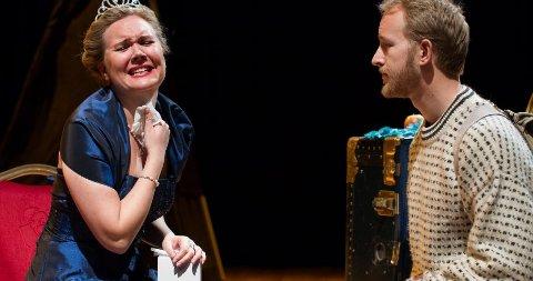 OPERA FOR BARN: Dronninga av Degernes spilles av sopran Stina Levvel. Her med Askeladden som spilles av baryton Dagfinn Andersen.