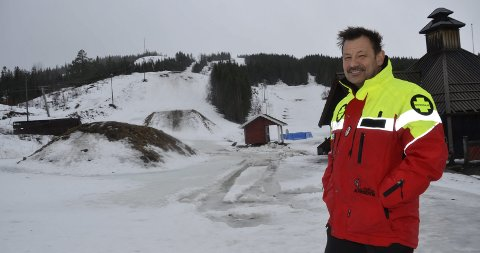 Regnet tærer kraftig på snøen i Skillevollen Alpinsenter. Driftsleder Kurt Vonheim berges av kunstsnøen som ble lagt på nyåret i deler av anlegget. Foto: Trond Isaksen