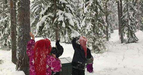 Nissen på besøk: Nissen har det svært travelt før jul, men rakk likevel innom klatrejungelen for å legge igjen en liten overraskelse til barna i Hovin.