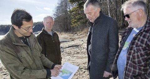 UFORSTÅELIG: Leder av Hurum og Røyken Naturvernforbundet, Håvard Kilhavn (t.v.) reagerer kraftig på planene om å legge et landbasert fiskeoppdrettsanlegg så nære naturreservatet på Tofte.