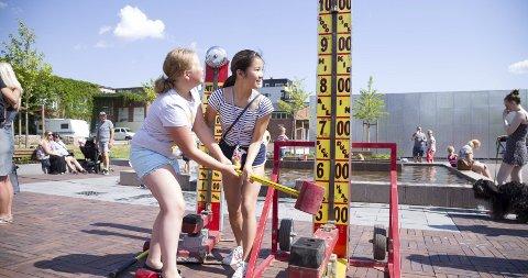 Rundet 100: Til tross for varmen slo disse jentene til med et skikkelig sleggekast. Ida Sofie Østergaard og Oda Knutsen Gjone viser styrke selv om de ikke når helt til bjella. Det klarer Oda på egen hånd litt senere.